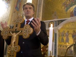 Ющенко передал украинцам Благодатный огонь