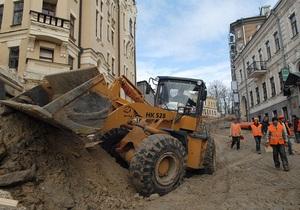 Неизвестные в масках забросали камнями строительную технику на Андреевском спуске