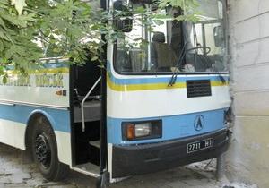 Во Львове автобус с военными врезался в жилой дом