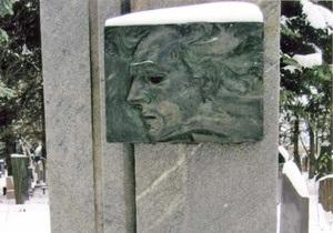 В Харькове неизвестные надругались над могилой Леся Курбаса