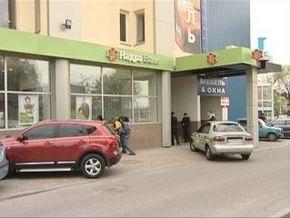 Харьковчанка угрожала самосожжением в банке Надра
