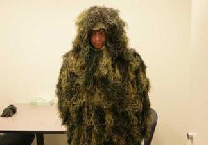 В США человек в костюме травы пытался попасть в музей через дыру в стене