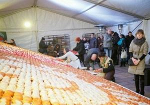 Во Львове создали картину из семи тысяч пампушек
