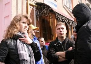 Забросавших яйцами Потапа и Настю Каменских активистов Тризуба посадили под домашний арест