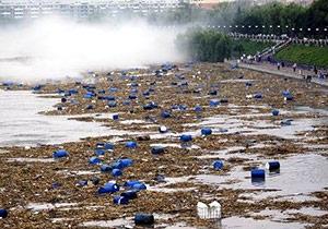 В Китае свыше тысячи бочек с ядовитыми и взрывоопасными химикатами унесло паводком в реку