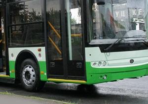 КП: В киевском автобусе кондуктор несколько раз ударила пассажирку ногами