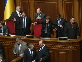 БЮТ заблокировал трибуну Рады. Литвин досрочно закрыл заседание