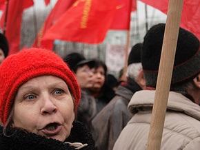 Во Львове коммунисты сожгли нацистский флаг со свастикой