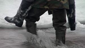 В Закарпатье жители села ежедневно переходят реку вброд