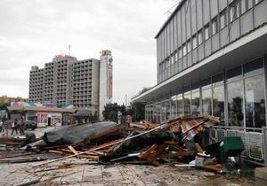 В Ужгороде сильный ветер сорвал крышу с универмага