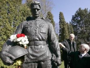 На Бронзовом солдате в Таллине появились неизвестные пятна