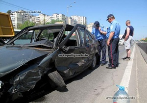 На проспекте Палладина в Киеве таксист врезался в грузовик
