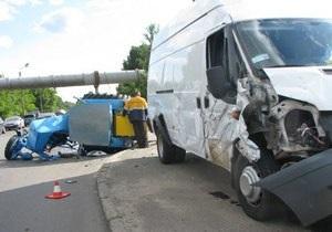 В Киеве микроавтобус врезался в трактор