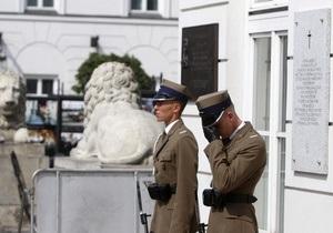 Житель Польши бросил банку с фекалиями в доску, установленную в память о погибших под Смоленском
