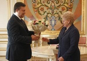 Янукович встретил Грибаускайте с букетом цветов