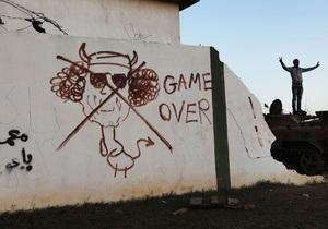 Фотогалерея: Рисунком по диктатуре. Оплот ливийских повстанцев украсили карикатурами на Каддафи
