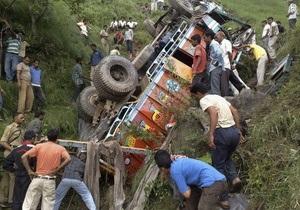 В Индии упал в пропасть грузовик с пассажирами: 37 погибших