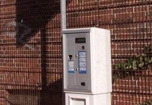 В Германии мужчина  украл из автоматов для парковки 135 тысяч евро