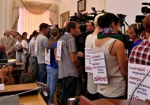 Кабмин лишил аккредитации журналистов, требовавших на заседании правительства отставки Захарченко
