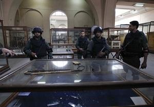 Вандалы повредили 70 экспонатов Каирского музея. На защиту артефактов встали местные жители