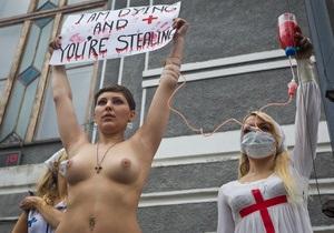 У меня рак, министр дурак: Страдающая раком активистка FEMEN провела митинг под  зданием Минздрава Украины