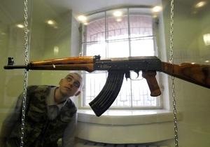 Во Львове сотрудники университета внутренних дел продавали всем желающим автоматы и пистолеты