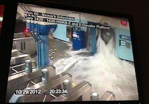 Ураган Сэнди: вода прорвалась в нью-йоркскую подземку. Очевидцы размещают фото акул, плавающих по улицам Нью-Джерси