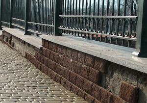 Плитка с забора вокруг школы Януковича, начала осыпаться спустя полгода после строительства