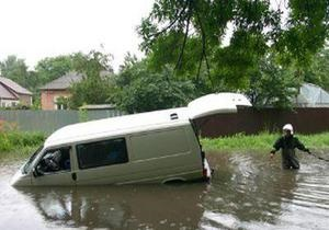 В Полтаве Volkswagen Transporter провалился под асфальт