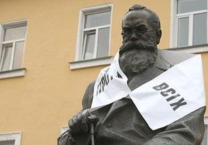 Протывсих развесил свои шарфы на памятниках в Киеве