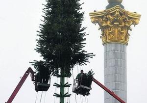 В центре Киева заканчивают монтаж новогодней елки