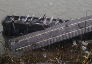Новости Закарпатья - ДТП - На Закарпатье автобус упал в реку с восьмиметровой высоты, пять пострадавших