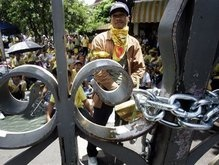Премьер Таиланда грозит митингующим применением силы