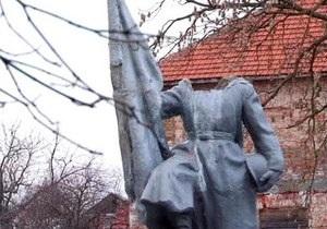 СМИ: Во Львовской области разрушили памятник воину-освободителю