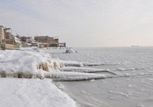 Аномальные холода: во льдах Керченского пролива застряли три корабля
