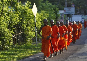Минздрав Шри-Ланки составит список дозволенных подаяний для монахов