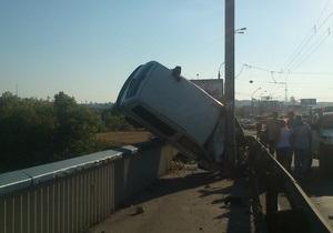 В Киеве на Московском мосту произошло ДТП, в результате которого автомобиль едва не слетел в Днепр