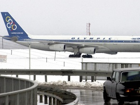 В парижском аэропорту самолет с 220 пассажирами увяз в грязи