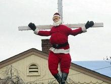 Американец распял Санта-Клауса на кресте
