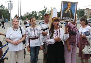В Запорожье организатор митинга против языкового закона приковал себя к перилам