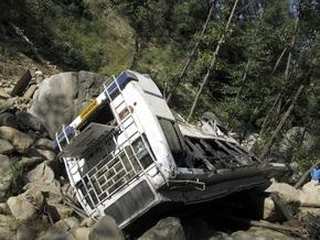 В Индии автобус сорвался в 60-метровую пропасть: 18 человек погибли