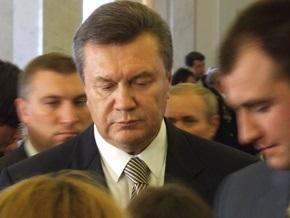 Янукович помолился и раздал милостыню