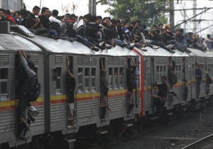 В Индонезии в борьбе с безбилетниками повесили бетонные шары над железной дорогой
