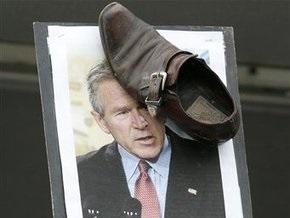 В День дурака в Москве будут бросать ботинки в портреты Ющенко, Саакашвили и Буша