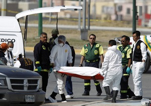 На площади мексиканского города выставили напоказ четыре обезглавленных тела