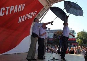 В Симферополе Симоненко забросали яйцами и гнилыми фруктами