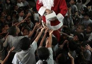 В США Санта-Клаус раздает деньги нуждающимся