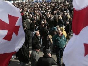 Демонстранты накрыли праздничный стол под резиденцией Саакашвили