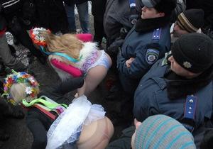 Активисток FEMEN арестовали во время акции у посольства Италии