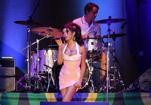Известная британская певица Эми Уайнхаус появилась на сцене в нетрезвом состоянии